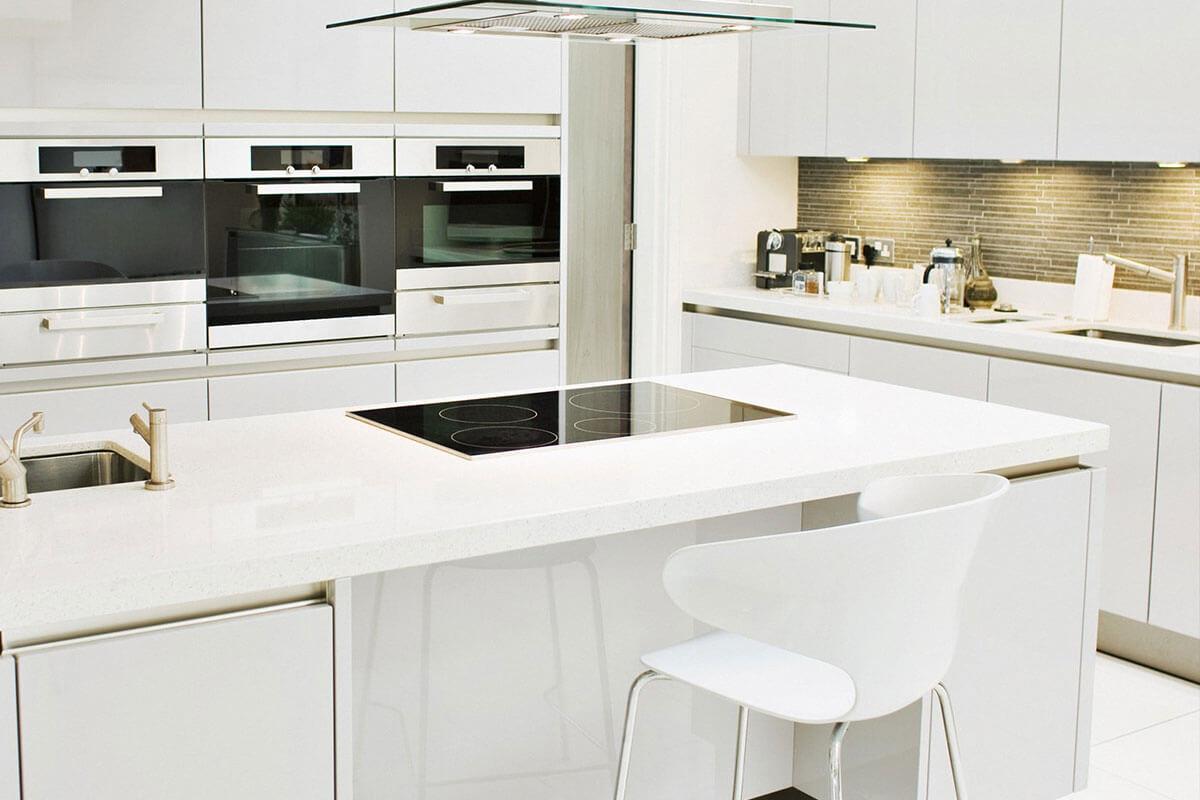 Дизайн кухни дома из сип панелей в белом цвете