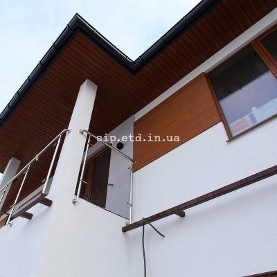 Вдоль всей крыши дома из сип панелей установлены отливы