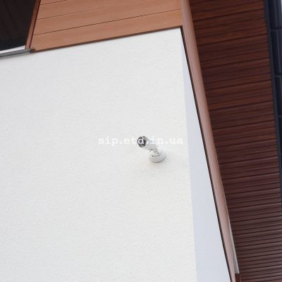 Установлено видеонаблюдение на доме из сип панелей