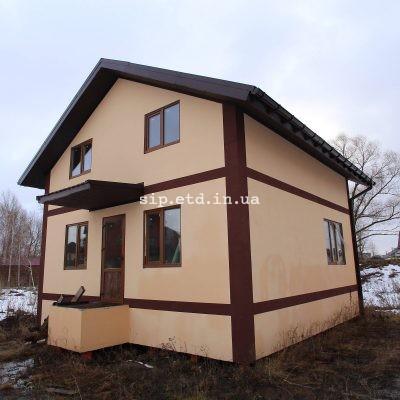 Небольшой двухэтажный дом из сип панелей с фасадом в теплых тонах