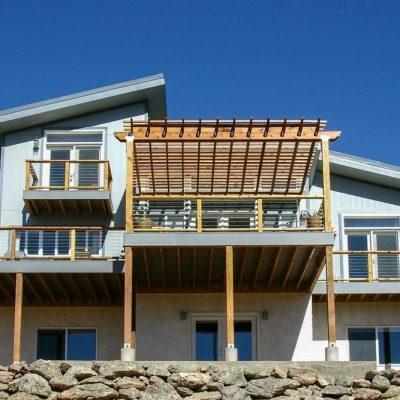 СИП дом на холме: Терраса с перголой