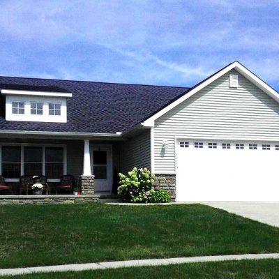 Небольшой СИП дом: темная крыша
