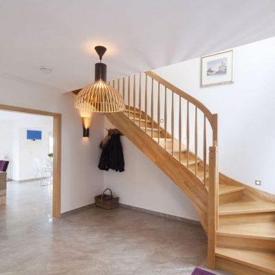 Двухэтажный СИП дом: лестница